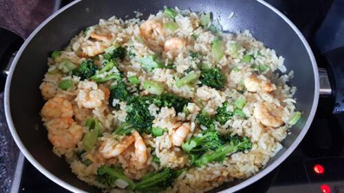 Reispfanne mit Garnelen und Brokkoli